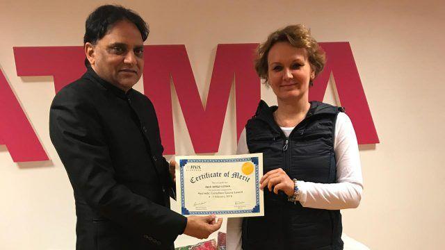 dr Partap Chauhan wręcza certyfikat ukończenia kursu Ajurwedy